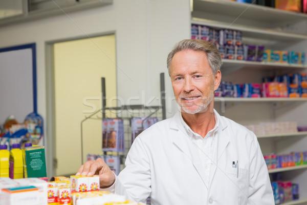 старший фармацевт Постоянный позируют аптека счастливым Сток-фото © wavebreak_media