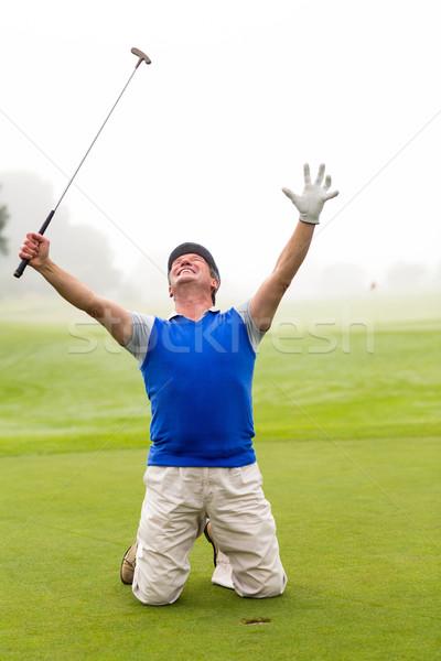 Kniend Golfer Jubel grünen neblig Tag Stock foto © wavebreak_media