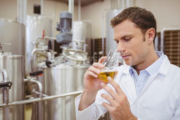 Centrado vaso cerveza fábrica hombre ciencia Foto stock © wavebreak_media