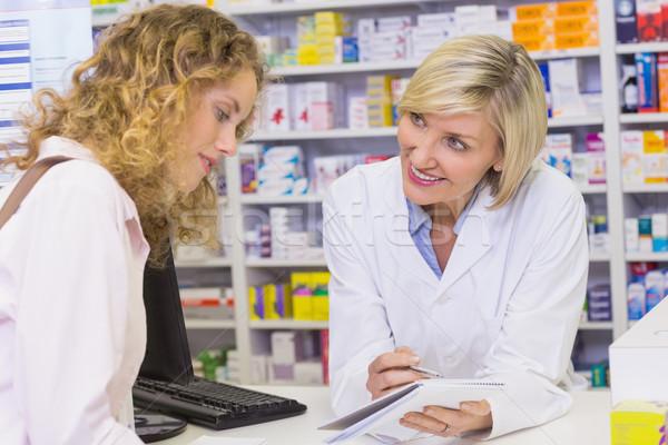 Farmaceuta recepta klienta apteki medycznych Zdjęcia stock © wavebreak_media