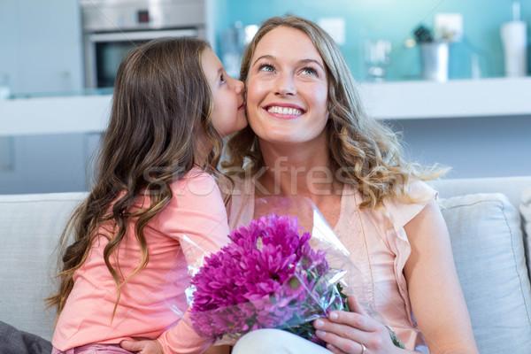 Filha surpreendente mãe flores casa sala de estar Foto stock © wavebreak_media