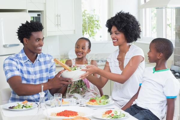 Szczęśliwą rodzinę posiedzenia w dół obiedzie wraz domu Zdjęcia stock © wavebreak_media