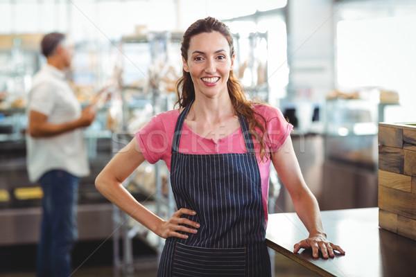 Csinos pincérnő dől pult pékség üzlet Stock fotó © wavebreak_media