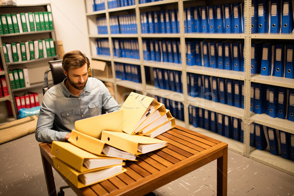 Imprenditore guardando file tavola Foto d'archivio © wavebreak_media
