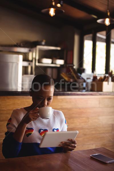 Stok fotoğraf: Kadın · dijital · tablet · içme · kahve · restoran
