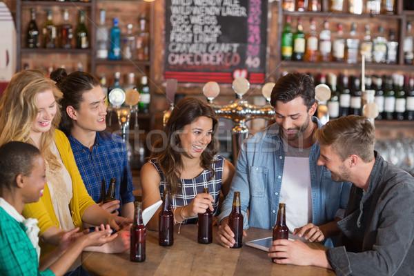 Foto stock: Feliz · jóvenes · amigos · cerveza · botellas · pie