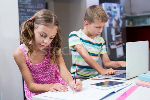 Testvérek házi feladat konyha otthon számítógép laptop Stock fotó © wavebreak_media