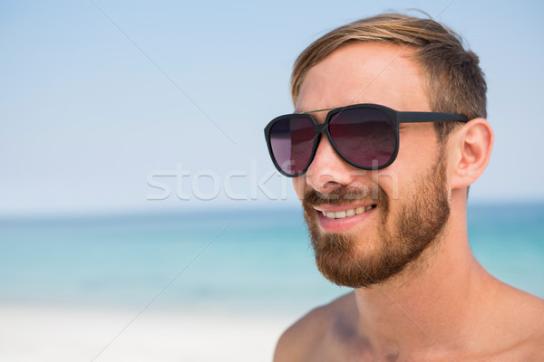 Sin camisa hombre gafas de sol Foto stock © wavebreak_media