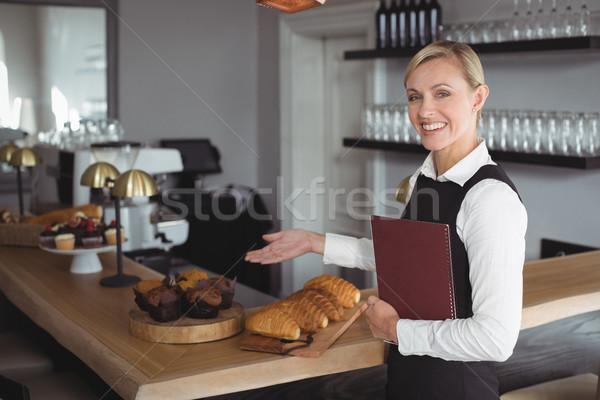 Ritratto sorridere cameriera piedi counter ristorante Foto d'archivio © wavebreak_media