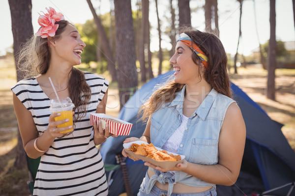 Boldog barátok tart étel kempingezés erdő Stock fotó © wavebreak_media