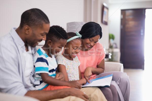 Mosolyog család olvas magazin ül kanapé Stock fotó © wavebreak_media