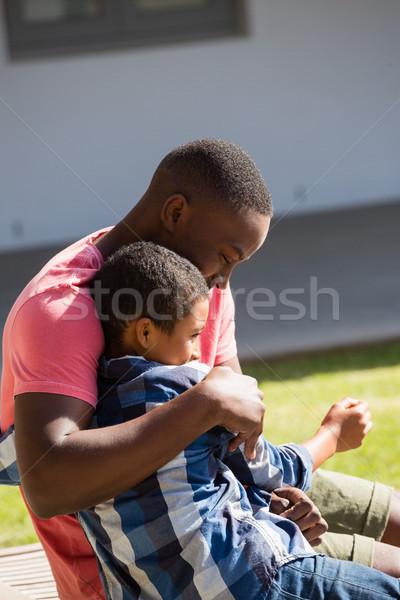 Apa átkarol fiú udvar napos idő internet Stock fotó © wavebreak_media