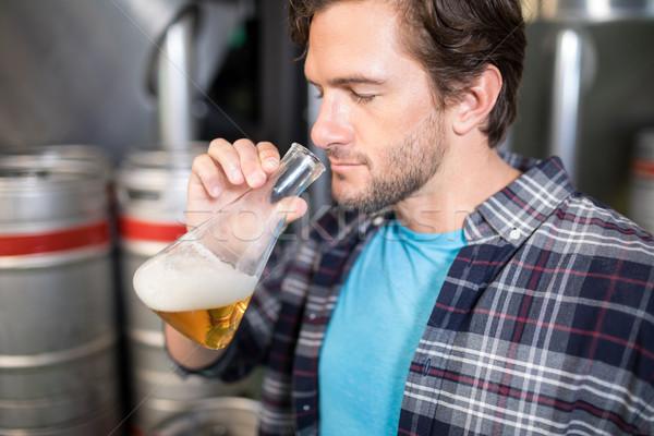 Homme bière bécher usine industrie Photo stock © wavebreak_media