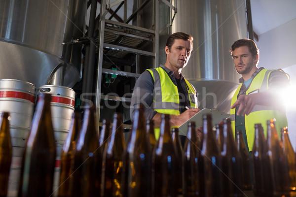 Senalando cerveza botellas cervecería Foto stock © wavebreak_media