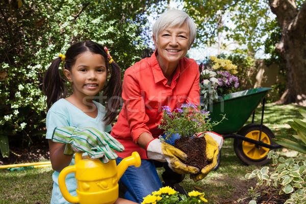 Portret glimlachend meisje grootmoeder tuinieren Stockfoto © wavebreak_media