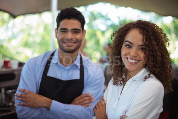 Portret glimlachend De ober serveerster permanente Stockfoto © wavebreak_media
