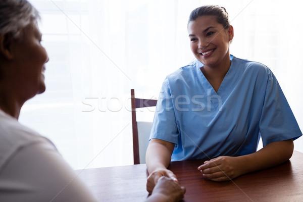 Verpleegkundige senior vrouw bejaardentehuis tabel venster Stockfoto © wavebreak_media