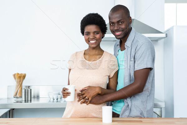 Terhes pár átkarol csésze kávé portré Stock fotó © wavebreak_media