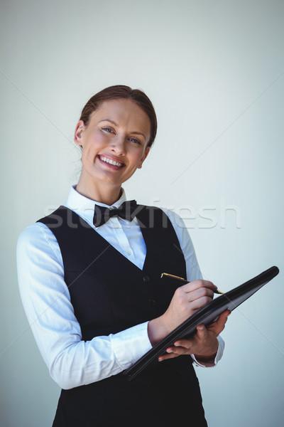 Sonriendo camarera toma para restaurante feliz Foto stock © wavebreak_media
