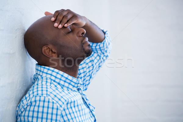 Zaklatott férfi csukott szemmel kéz homlok dől Stock fotó © wavebreak_media