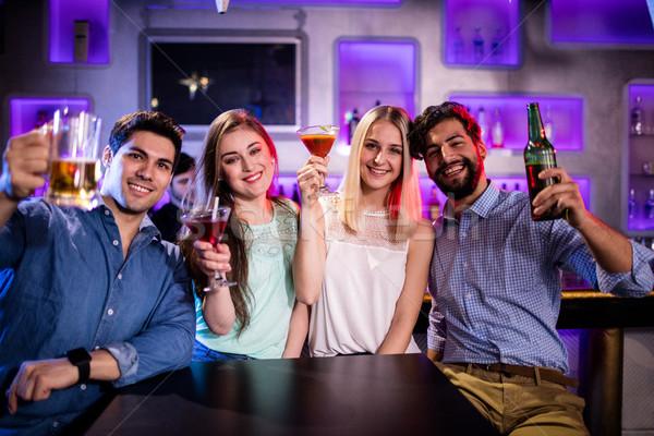 Csoport barátok mutat koktél sörösüveg sör Stock fotó © wavebreak_media