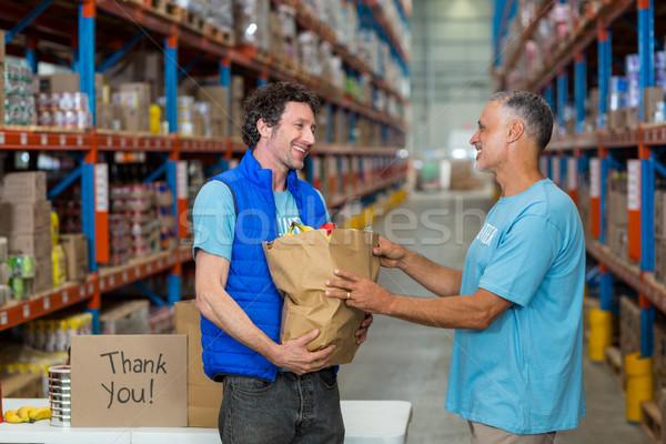 Retrato voluntarios comestibles bolsa almacén Foto stock © wavebreak_media