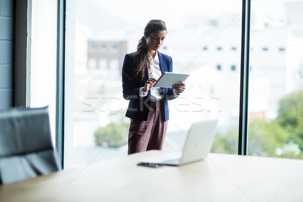 Fókuszált nő digitális tabletta iroda fiatal nő Stock fotó © wavebreak_media