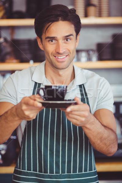 商業照片: 服務員 · 提供 · 杯 · 咖啡 · 微笑 · 咖啡館