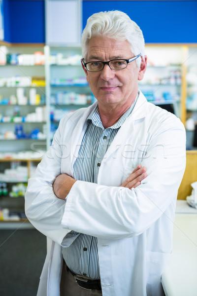 Farmacéutico pie los brazos cruzados retrato farmacia hombre Foto stock © wavebreak_media