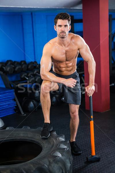 Półnagi młodych sportowiec siłowni portret opon Zdjęcia stock © wavebreak_media