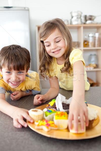Kardeş kardeş yeme kurabiye mutfak aile Stok fotoğraf © wavebreak_media