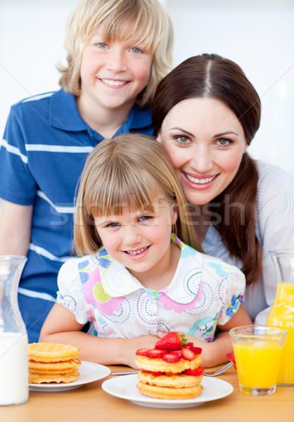 Neşeli anne çocuklar yeme çilek mutfak Stok fotoğraf © wavebreak_media