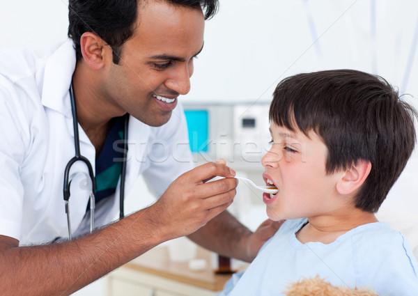 カリスマ的な 医師 薬 少年 病院 ストックフォト © wavebreak_media