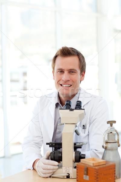Férfi tudós néz csúszda mikroszkóp laboratórium Stock fotó © wavebreak_media