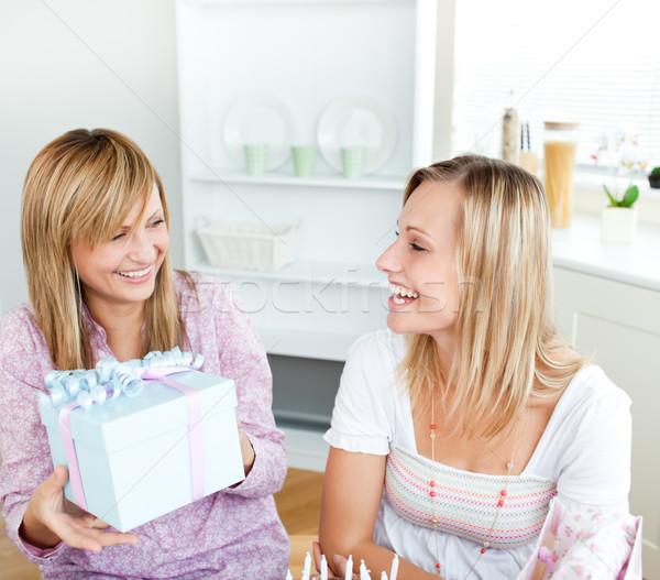 Belle femme présents fête d'anniversaire ami maison alimentaire Photo stock © wavebreak_media