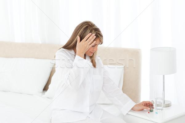 Stockfoto: Vrouw · hoofdpijn · bed · glas · geneeskunde · hoofd