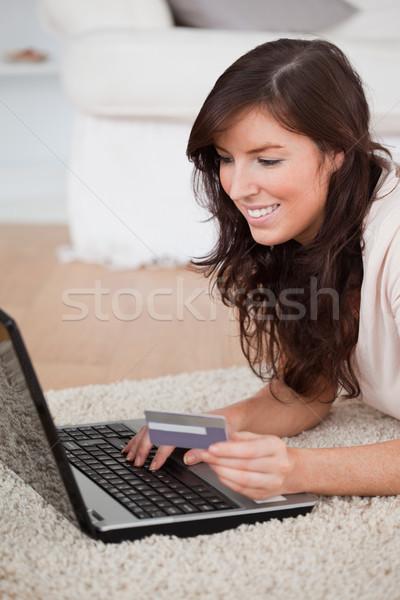 Jóvenes mujer atractiva pago tarjeta de crédito Internet Foto stock © wavebreak_media