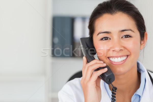 Foto stock: Femenino · médico · teléfono · posando · oficina