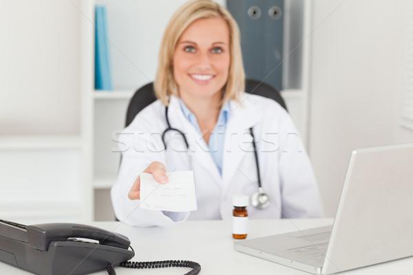 Souriant médecin ordonnance mains main Photo stock © wavebreak_media