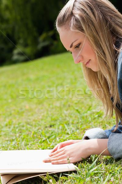 Jovem moça bonita grama leitura livro Foto stock © wavebreak_media