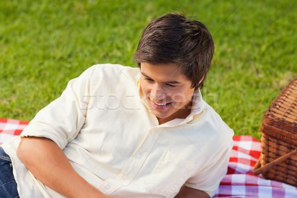 человека улыбаясь Ложь сторона корзины красный Сток-фото © wavebreak_media