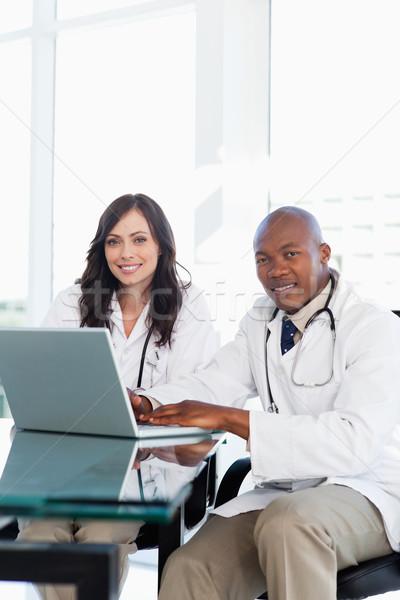 Sorridente médico trabalhando laptop trabalhar Foto stock © wavebreak_media