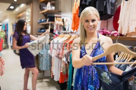 Vrouw jurk hanger glimlachend kleding Stockfoto © wavebreak_media