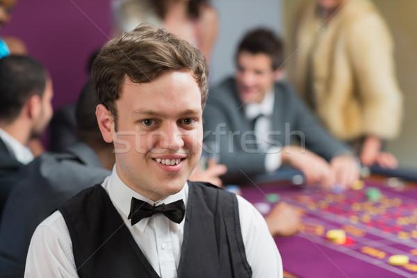 Foto stock: Comerciante · pie · ruleta · mesa · casino · hombre