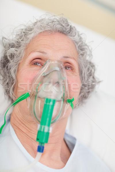 Idős nő oxigénmaszk kórház másfelé néz ágy maszk Stock fotó © wavebreak_media