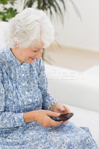 пожилого счастливым женщину смартфон диван дома Сток-фото © wavebreak_media