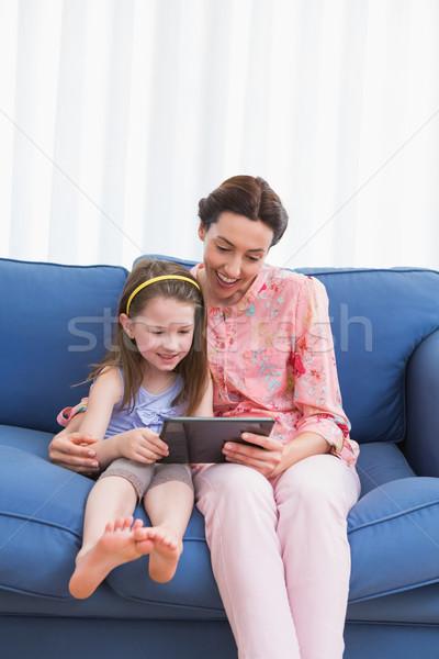 Foto stock: Madre · hija · tableta · sofá · casa · salón