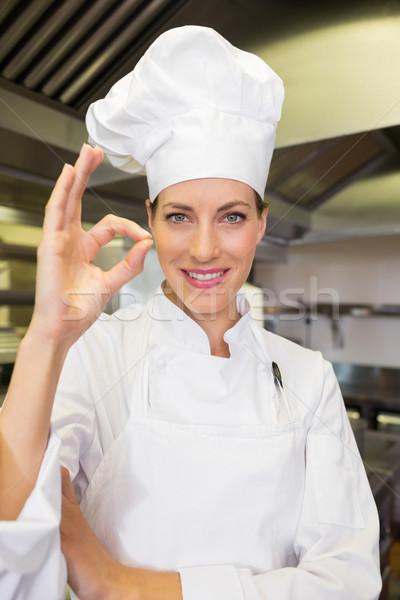 Gülen kadın pişirmek tamam imzalamak Stok fotoğraf © wavebreak_media