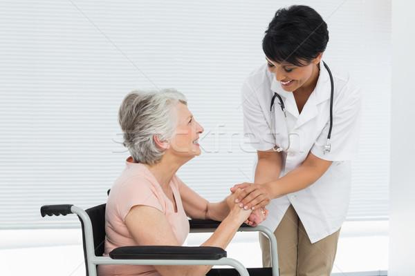 Vrouwelijke arts praten senior patiënt rolstoel Stockfoto © wavebreak_media