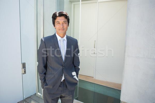 Agent immobilier permanent porte d'entrée à l'extérieur maison homme Photo stock © wavebreak_media